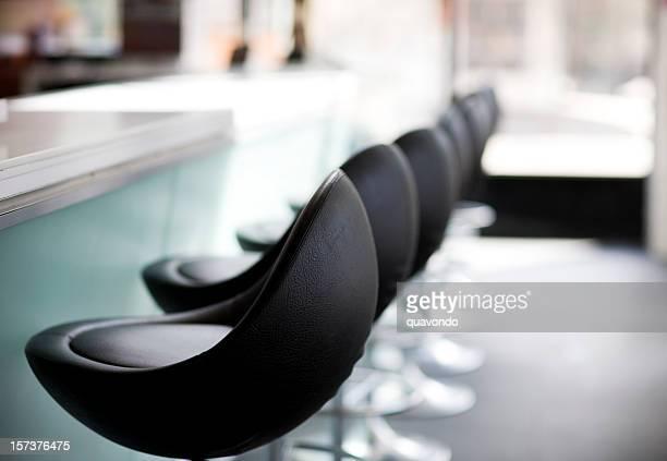 Barhocker im modernen Restaurant in der Innenstadt, niemand, Textfreiraum