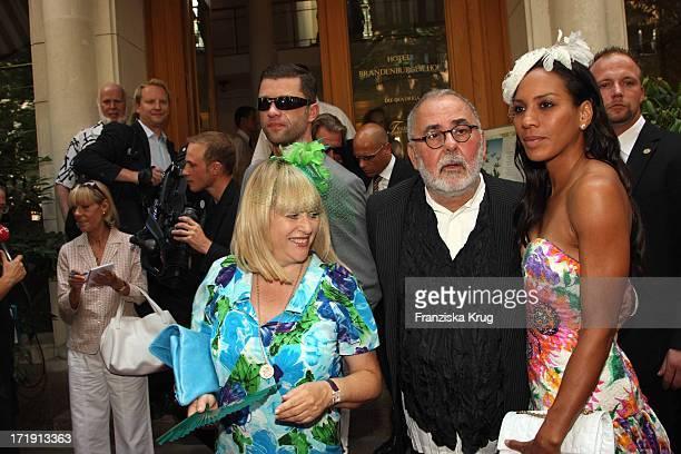 Barbara Becker Patricia Riekel Und Udo Walz Bei Der Hochzeit Von Udo Walz Und Carsten Thamm Im Japanischen Garten Im Hotel Brandenburger Hof In...