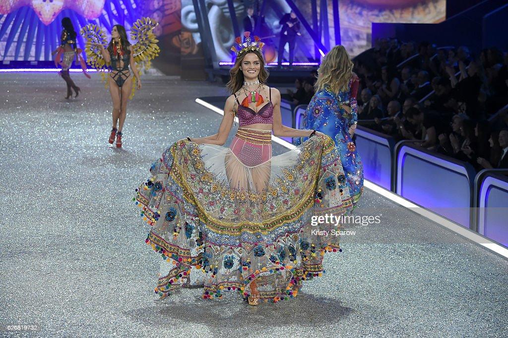 Barbara Fialho walks the runway during the Victoria's Secret Fashion Show on November 30, 2016 in Paris, France.