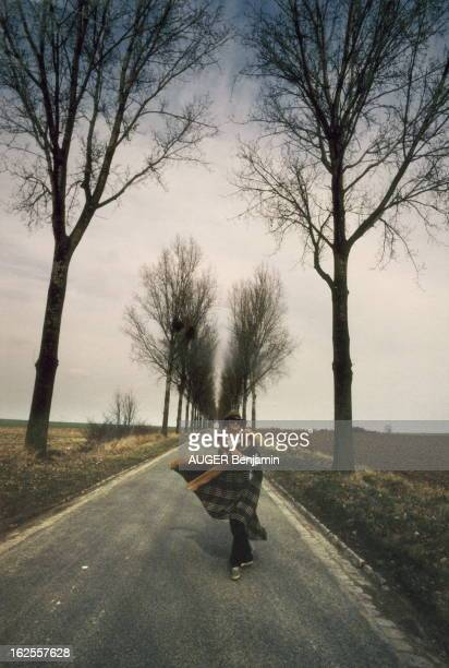 Barbara In The Countryside La chanteuse BARBARA pose sur une petite route bordée d'arbres près de chez elle en SeineetMarne