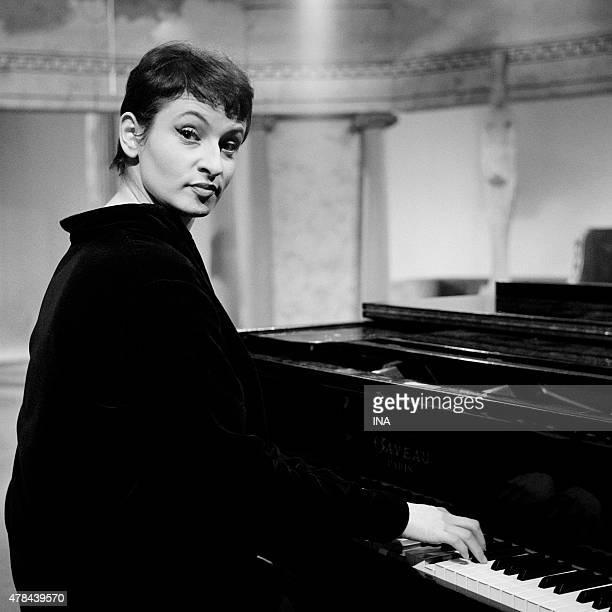 Barbara in the piano on the set of ''Discorama''