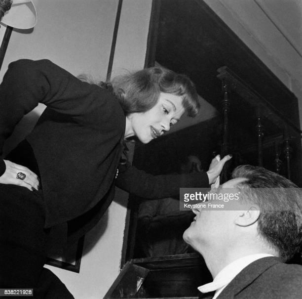Barbara Laage dans une séquence du film de Charles Brabant et Marcello Pagliaro à la librairie du Club SaintGermain à Paris France le 16 février 1952