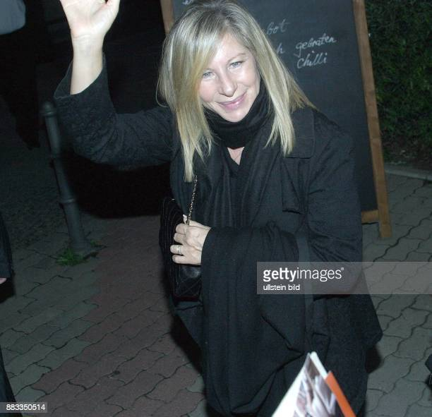 Barbara Streisand Musikerin Saengerin Chanson Popmusik Schauspielerin USA verlaesst nachts das Restaurant PekingEnte in Berlin Mitte