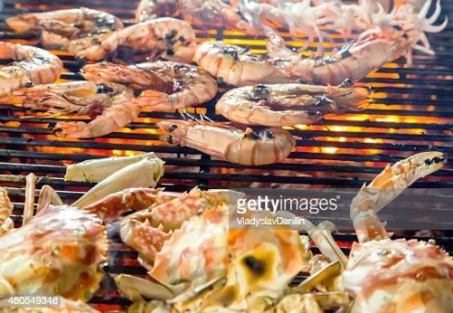 Camarones y la cocina a la parrilla, pescados y mariscos. : Foto de stock