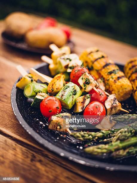 Brochettes de légumes grillés au Barbecue, maïs et d'asperges sur une assiette