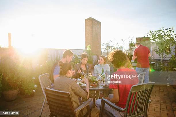 grill, Dachgarten, mittel eine Gruppe von Menschen, Sommer-party