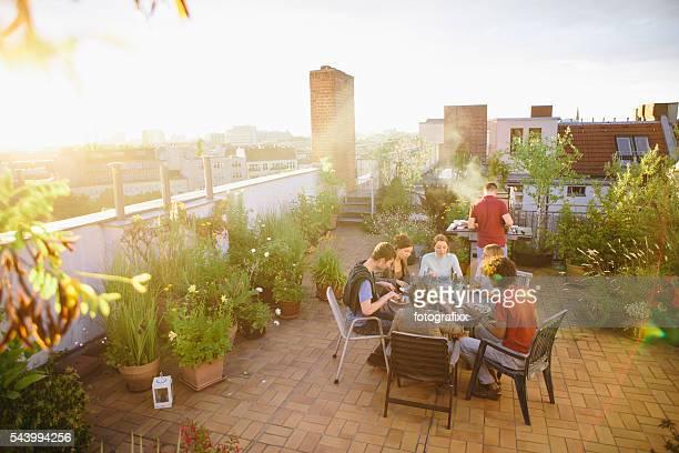 Barbacoa y jardín en el último piso, medio Grupo de personas, en verano, fiesta,