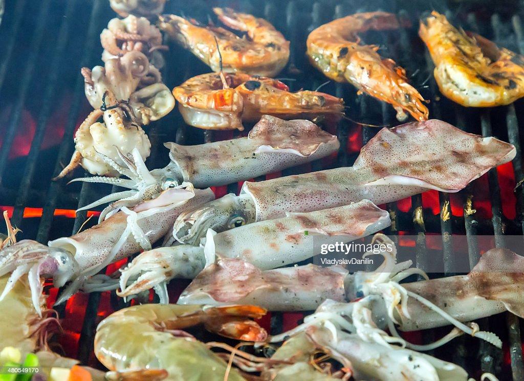 Barbacoa encendida pescados y mariscos a la parrilla. : Foto de stock