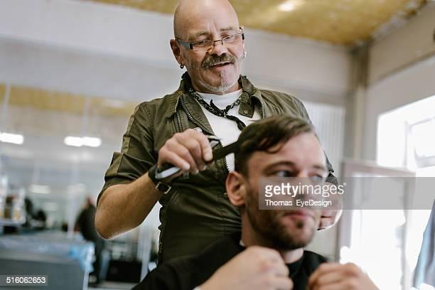 Barbiere taglio capelli del cliente
