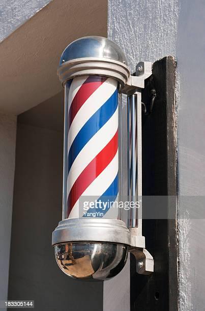 理髪店の看板柱のクラシックストライプデザインの Storefront