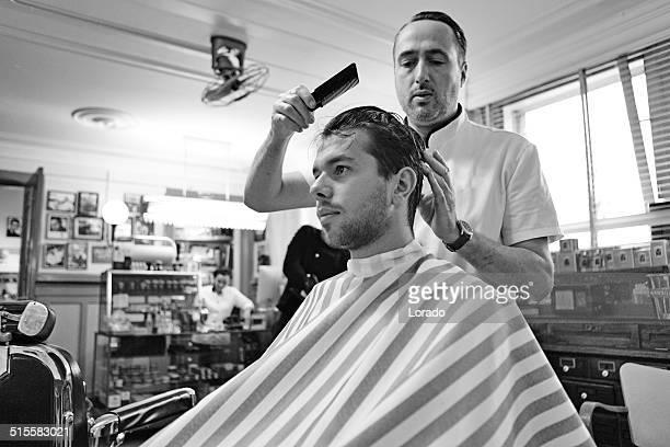 Barbeiro trabalhar com o cliente no de Barbearia