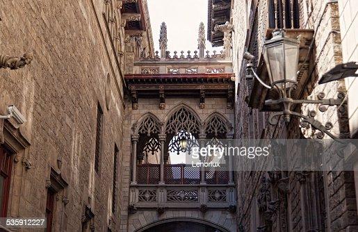Barcelona Barrio Gótico, Carrer del Bisbe : Foto de stock