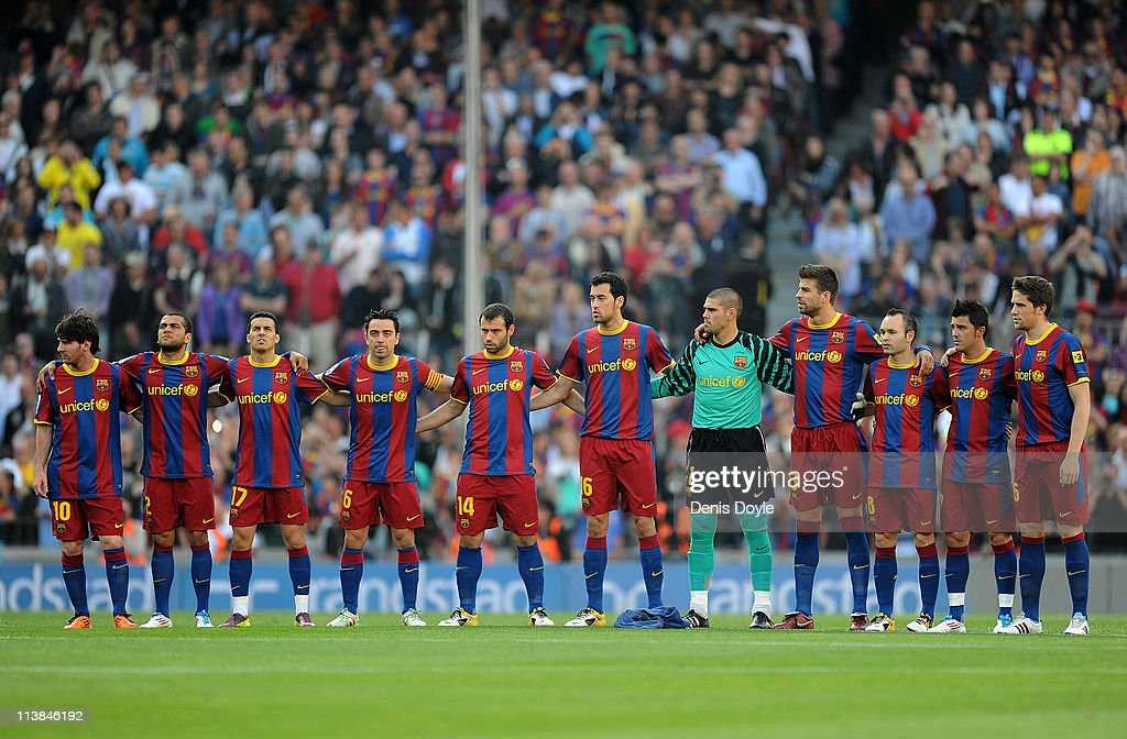 Hilo del FC Barcelona Barcelona-players-observe-a-minute-of-silence-in-memory-of-spanish-picture-id113846192