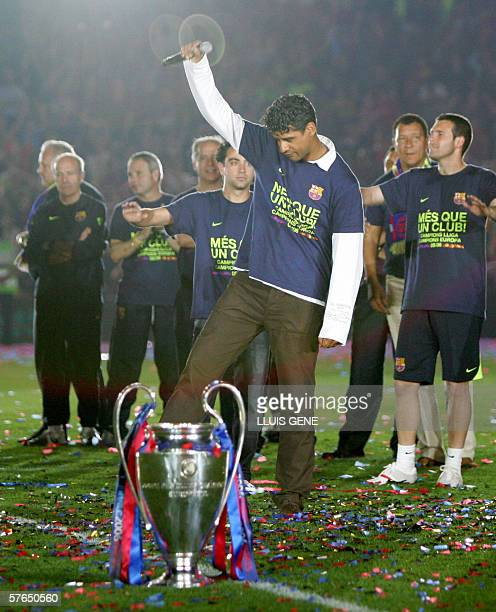 FC Barcelona's coach Dutch Franck Rijkaard and his players celebrate winning the UEFA Champions League at Camp Nou in Barcelona 18 May 2006 FC...
