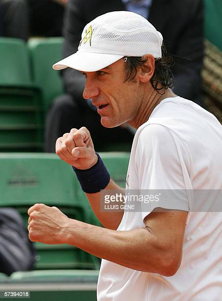 Swedish Mats Wilander jokes after winning the only game during the Seat Champions Cup tennis match against US John McEnroe 21 April 2006 in Barcelona...