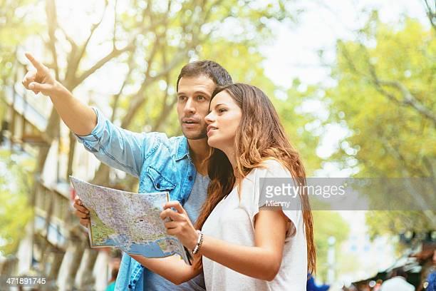 Barcelona turista pareja con Mapa de la ciudad en la Rambla