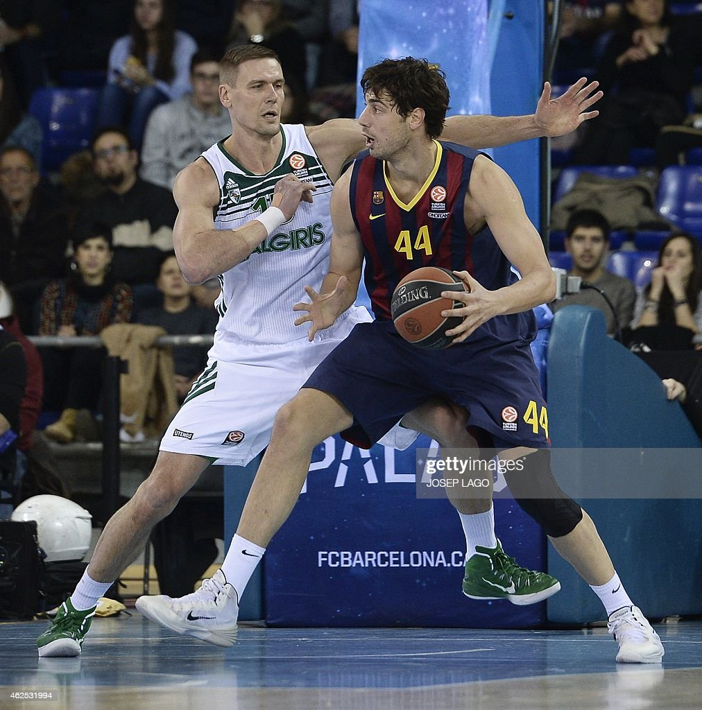 Barcelona's Ante Tomic (R) vies with Zalgiris Kaunas Paulius Jankunas (L) during the Euroleague TOP 16 group E basketball match FC Barcelona vs Zalguiris Kaunas at the Palau Blaugrana sportshall in Barcelona on January 30, 2015.