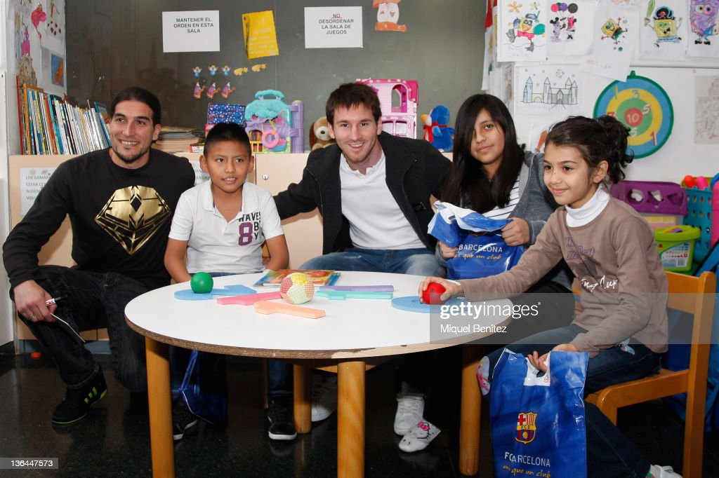 Barcelona's Argentinian forward Lionel 'Leo' Messi (C) and Barcelona's Goalkeeper <a gi-track='captionPersonalityLinkClicked' href=/galleries/search?phrase=Jose+Manuel+Pinto&family=editorial&specificpeople=708358 ng-click='$event.stopPropagation()'>Jose Manuel Pinto</a> (L) pose with children at a charity day 'Un somni per un regal' (One dream for one gift) at the Hospital dels Nens of Barcelona on January 5, 2012 in Barcelona, Spain.