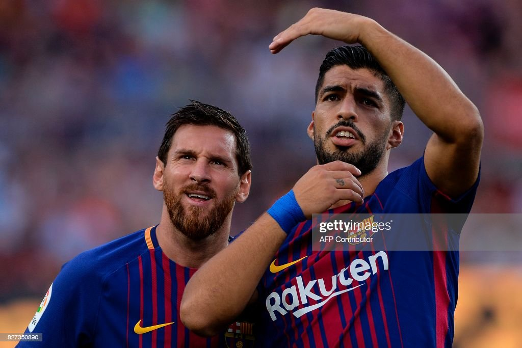 TOPSHOT - Barcelona's Argentinian forward Lionel Messi (L) and Barcelona's Uruguayan forward Luis Suarez look on during the 52nd Joan Gamper Trophy friendly football match between Barcelona FC and Chapecoense at the Camp Nou stadium in Barcelona on August 7, 2017. Funds raised from the match will 'help Chapecoense rebuild institutionally and recover the competitive level it had before the tragedy', Barca said in a statement as the Brazilian side still reeling from a devastating plane crash that killed 19 players and 24 club officials last year. / AFP PHOTO / Josep LAGO