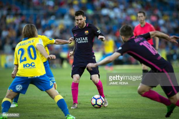 Barcelona's Argentinian forward Lionel Messi controls the ball beside Las Palmas' Croatian midfielder Halilovic during the Spanish league football...
