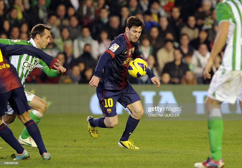 Barcelona's Argentinian forward Lionel Messi (C) controls the ball during the Spanish league football match Real Betis vs Barcelona at the Benito Villamarin stadium in Sevilla on December 9, 2012.