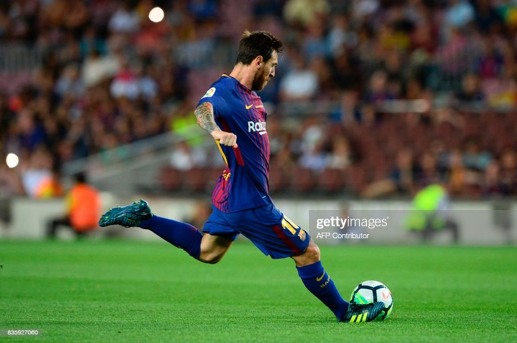Barcelona's Argentinian forward Lionel Messi kicks the ball during the Spanish league footbal match FC Barcelona vs Real Betis at the Camp Nou stadium in Barcelona on August 20, 2017. / AFP PHOTO / Josep LAGO