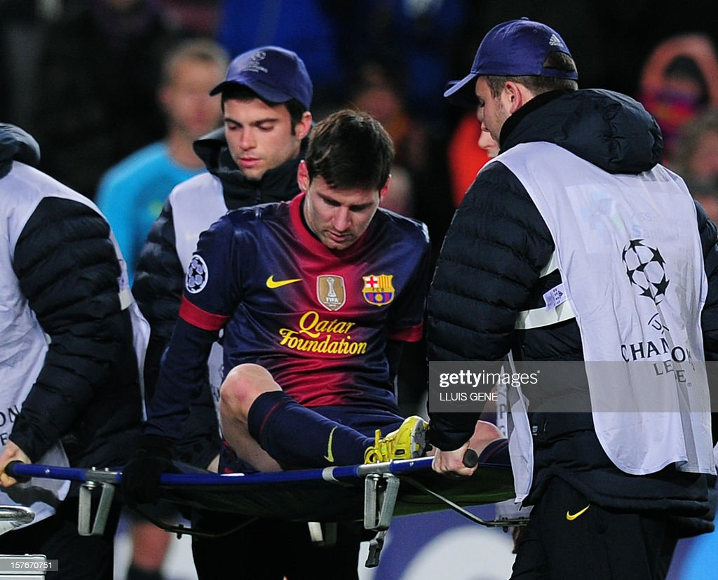 Barcelona's Argentinian forward Lionel Messi leaves the pitch on a stretcher after being injured during the UEFA Champions League football match FC Barcelona vs SL Benfica at the Camp Nou stadium in Barcelona on December 5, 2012. AFP PHOTO / LLUIS GENE