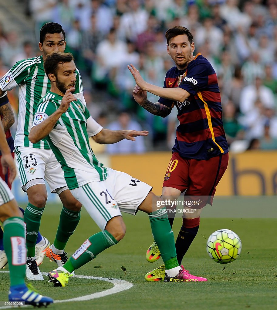 Barcelona's Argentinian forward Lionel Messi (R) vies with Betis' Argentinian defender German Pezzela (L) during the Spanish league football match Real Betis Balompie vs FC Barcelona at the Benito Villamarin stadium in Sevilla on April 30, 2016. / AFP / CRISTINA