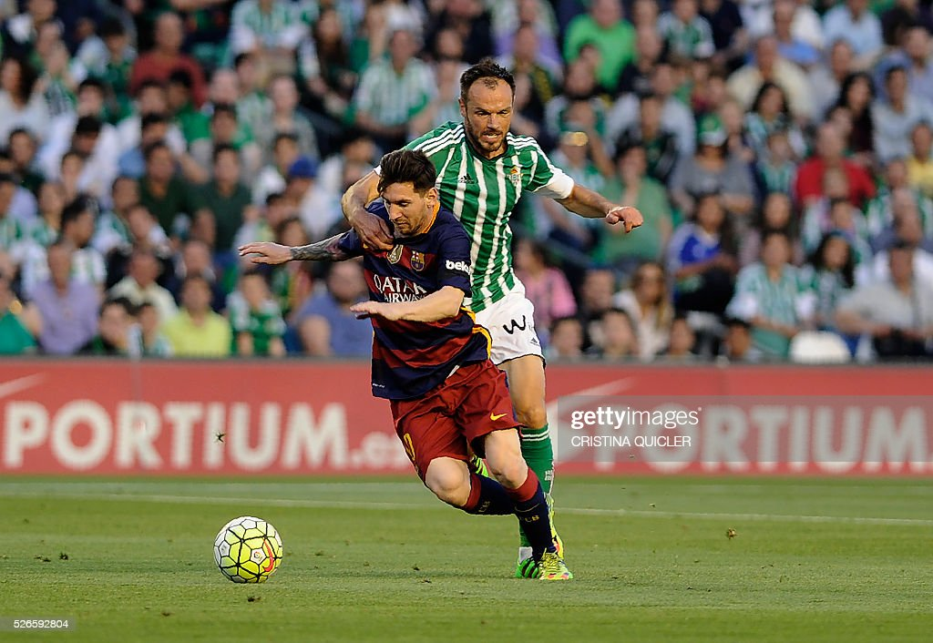 Barcelona's Argentinian forward Lionel Messi (L) vies with Betis' German defender Heiko Westermann (R) during the Spanish league football match Real Betis Balompie vs FC Barcelona at the Benito Villamarin stadium in Sevilla on April 30, 2016. / AFP / CRISTINA