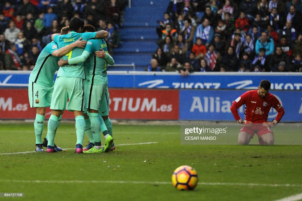 Barcelona's Brazilian forward Neymar (L) celebrates a goal with teammates during the Spanish league football match Deportivo Alaves vs FC Barcelona at the Mendizorroza stadium in Vitoria on Feburary 11, 2017. / AFP / CESAR