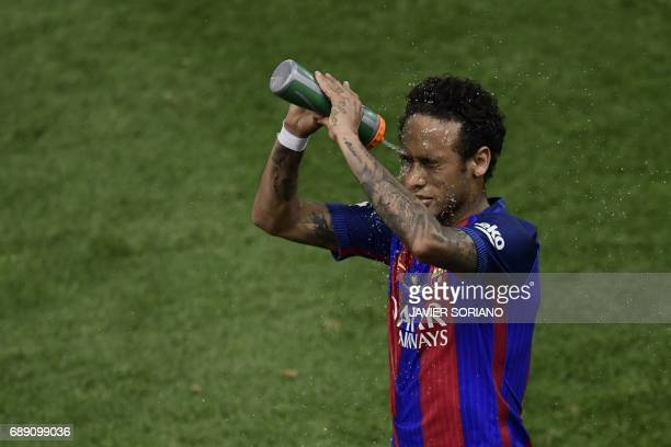 Barcelona's Brazilian forward Neymar pours water on his face during the Spanish Copa del Rey final football match FC Barcelona vs Deportivo Alaves at...