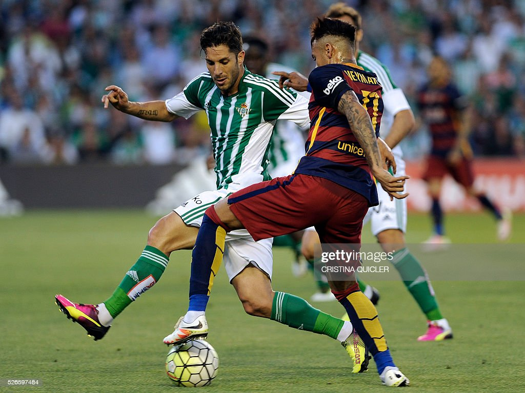 Barcelona's Brazilian forward Neymar (R) vies with Betis' midfielder Alvaro Cejudo (L) during the Spanish league football match Real Betis Balompie vs FC Barcelona at the Benito Villamarin stadium in Sevilla on April 30, 2016. / AFP / CRISTINA