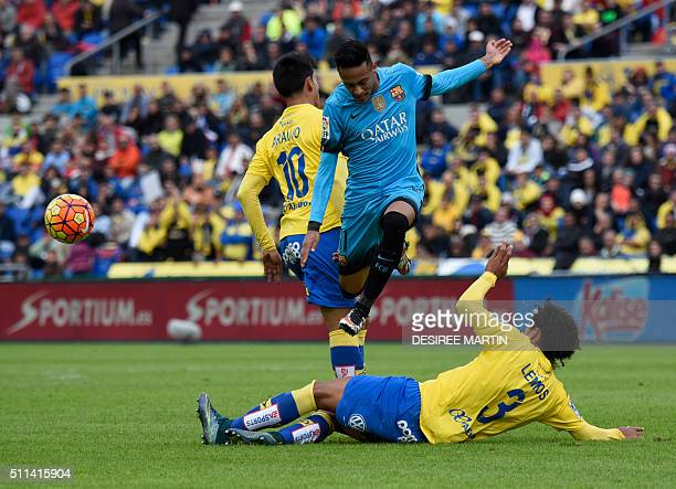 Barcelona's Brazilian forward Neymar vies with Las Palmas' Argentinian forward Sergio Araujo and Las Palmas' Uruguayan defender Mauricio Lemos during...