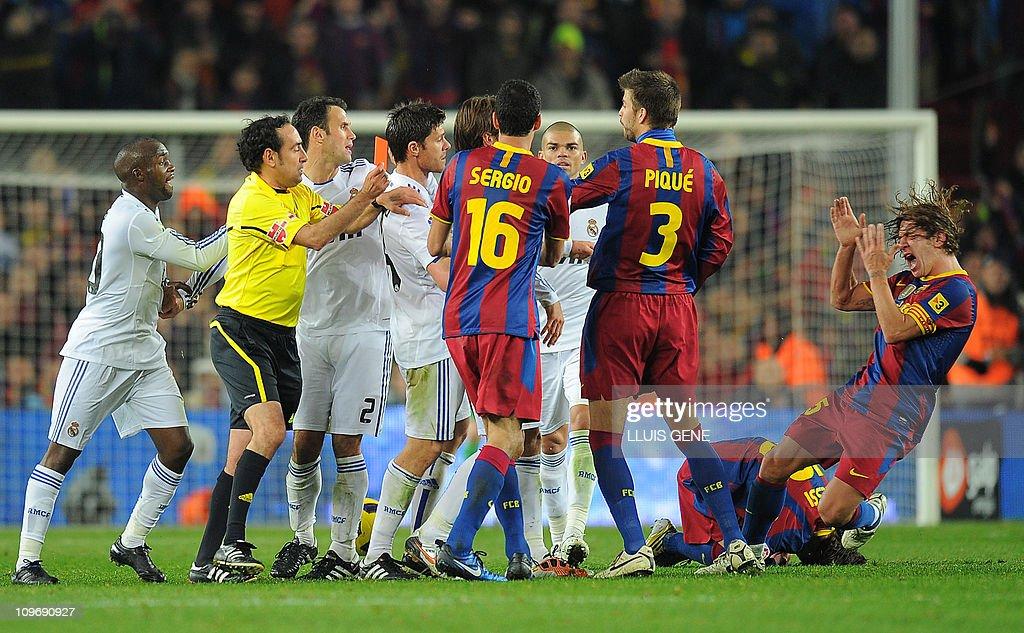 Barcelona's captain Carles Puyol (R) rea : News Photo