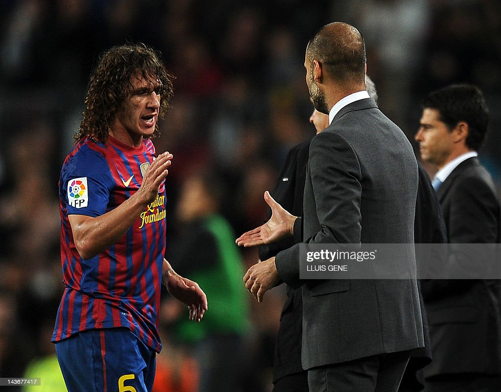 Barcelona's coach Josep Guardiola (R) sh : News Photo