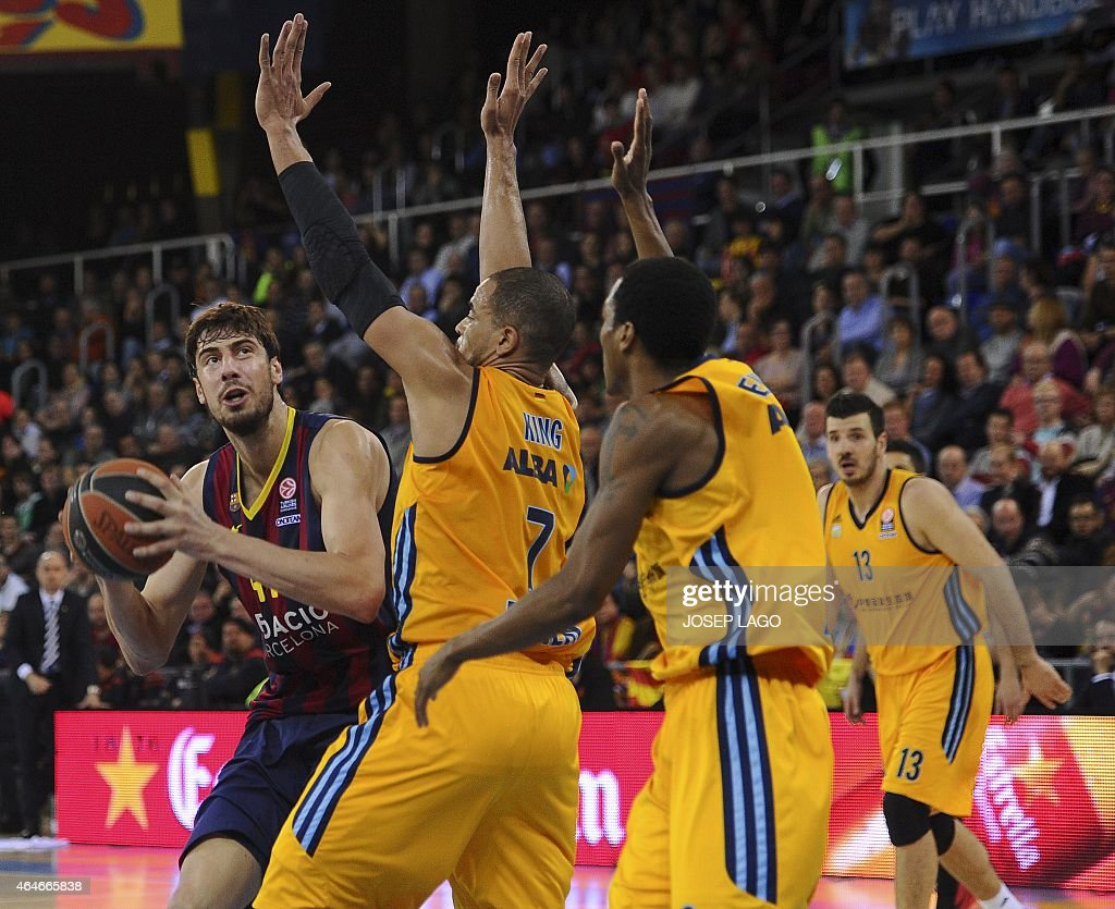 Barcelona's Croatian centre Ante Tomic (L) vies with Alba Berlin's forward <a gi-track='captionPersonalityLinkClicked' href=/galleries/search?phrase=Alex+King+-+Basketspelare&family=editorial&specificpeople=15221455 ng-click='$event.stopPropagation()'>Alex King</a> (C) and Alba Berlin's US guard Alex Renfroe during the Euroleague basketball match FC Barcelona vs Crvena Zvezda Telekom Belgrade at the Palau Blaugrana sportshall in Barcelona on February 27, 2015.