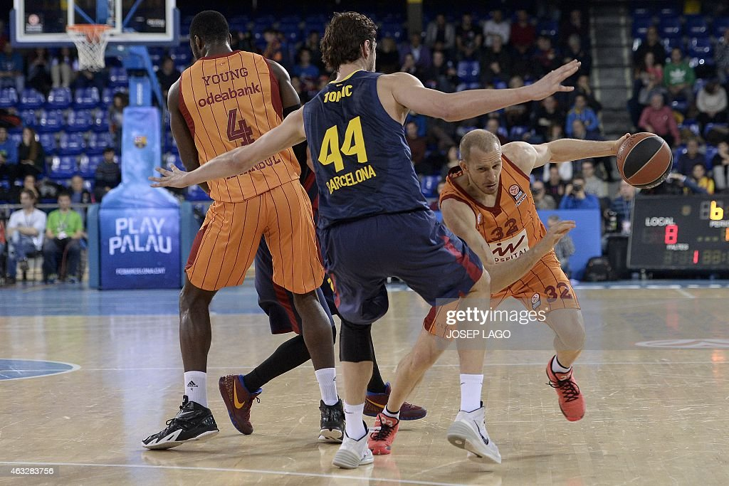 Barcelona's Croatian centre Ante Tomic (L) vies with Galatasaray's Turkish guard Sinan Guler during the Euroleague basketball match FC Barcelona vs Galatasaray Liv Hospital Istanbul at the Palau Blaugrana sportshall in Barcelona on February 12, 2015. AFP PHOTO/ JOSEP LAGO