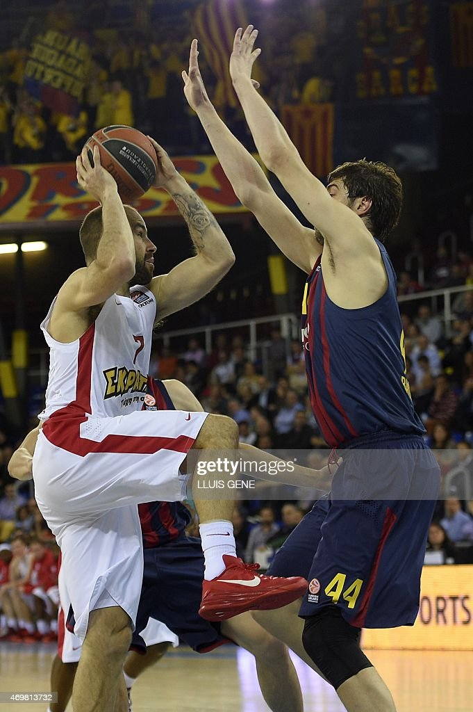 Barcelona's Croatian centre Ante Tomic (R) vies with Olympiacos Piraeus' guard <a gi-track='captionPersonalityLinkClicked' href=/galleries/search?phrase=Vassilis+Spanoulis&family=editorial&specificpeople=704857 ng-click='$event.stopPropagation()'>Vassilis Spanoulis</a> (L) during the Euroleague playoff basketball match FC Barcelona vs Olympiacos Piraeus at the Palau Blaugrana in Barcelona on April 15, 2015.