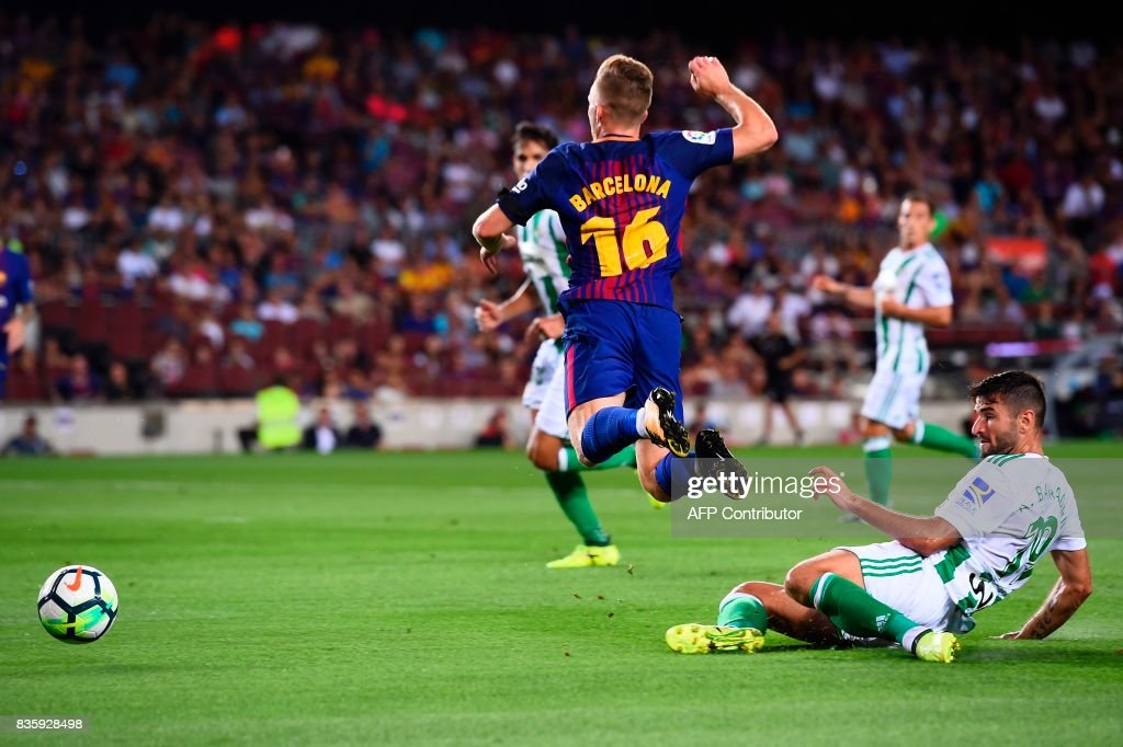 Barcelona's forward Gerard Deulofeu (L) vies with Betis' forward Alex Alegria during the Spanish league footbal match FC Barcelona vs Real Betis at the Camp Nou stadium in Barcelona on August 20, 2017. / AFP PHOTO / Josep LAGO