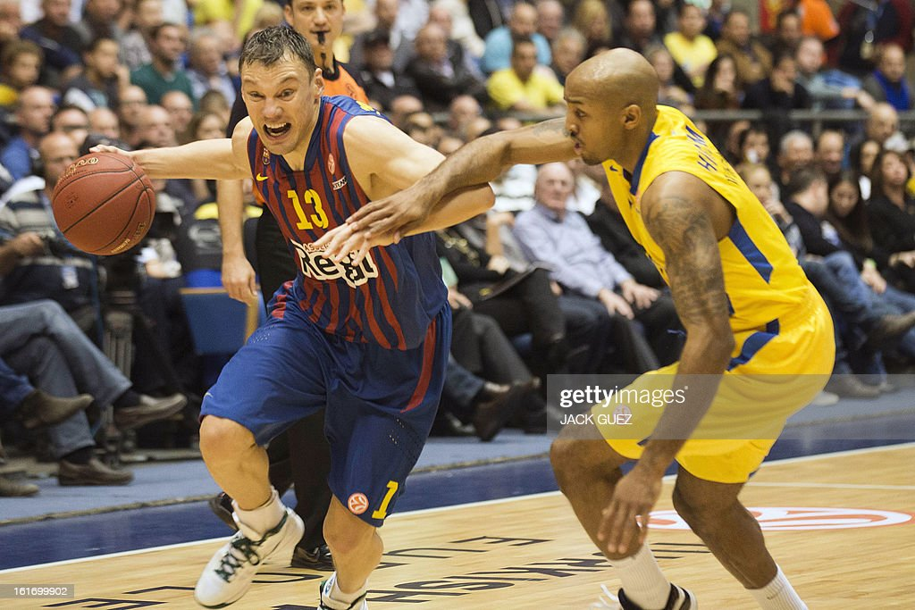 Barcelona's Lithuanian guard Sarunas Jasikevicius (L) vies with Tel Aviv's US guard David Logan (R) during their Euroleague Top 16 basketball match, Maccabi Tel Aviv Electra versus FC Barcelona Regal, on February 14, 2013 at the Nokia stadium in the Mediterranean coastal city of Tel Aviv, Israel. AFP PHOTO / JACK GUEZ