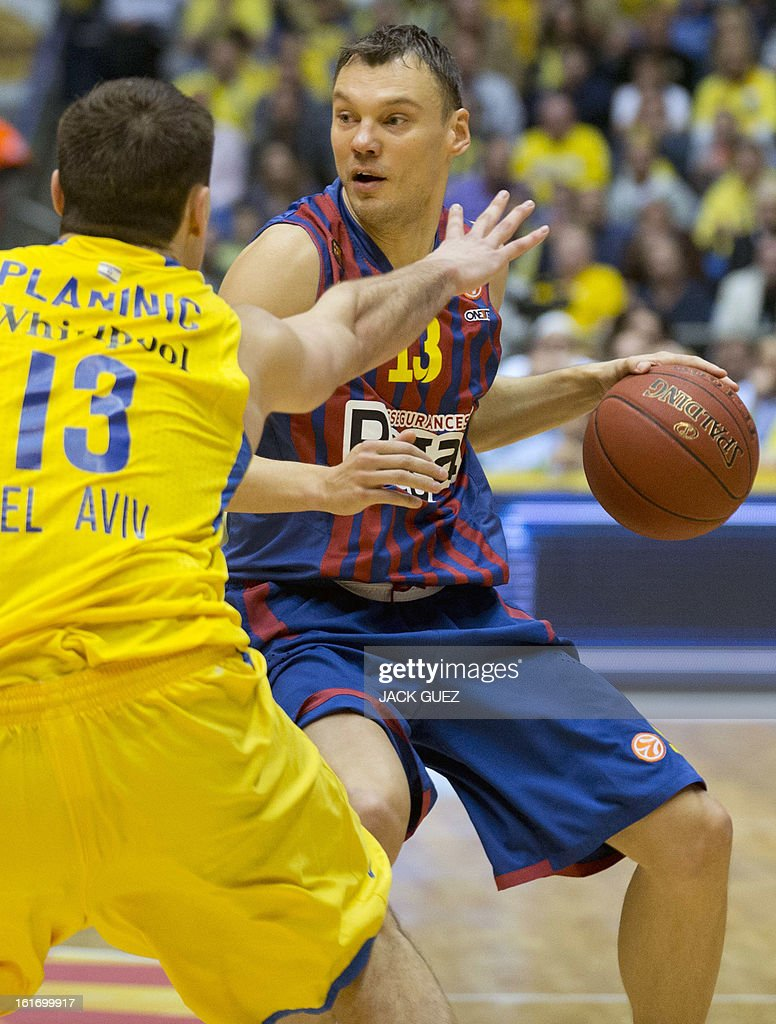 Barcelona's Lithuanian guard Sarunas Jasikevicius (R) vies with Tel Aviv's Georgia center Giorgi Shermadini (L) during their Euroleague Top 16 basketball match, Maccabi Tel Aviv Electra versus FC Barcelona Regal, on February 14, 2013 at the Nokia stadium in the Mediterranean coastal city of Tel Aviv, Israel. AFP PHOTO / JACK GUEZ