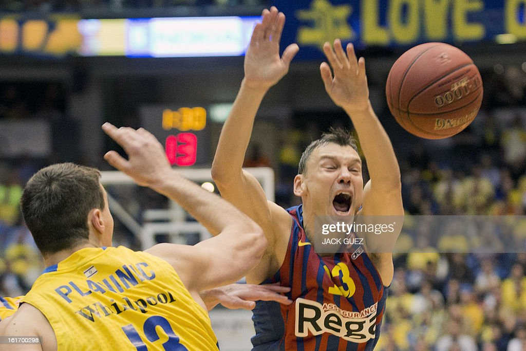 Barcelona's Lithuanian guard Sarunas Jasikevicius (R) vies with Tel Aviv's Georgia center Giorgi Shermadini (L) during the Euroleague Top 16 basketball match, Maccabi Tel Aviv Electra versus FC Barcelona Regal, on February 14, 2013 at the Nokia stadium in the Mediterranean coastal city of Tel Aviv, Israel. AFP PHOTO / JACK GUEZ