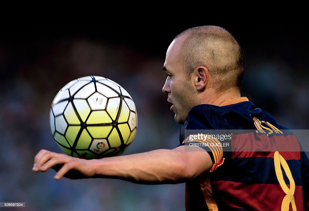 Barcelona's midfielder Andres Iniesta controls the ball during the Spanish league football match Real Betis Balompie vs FC Barcelona at the Benito Villamarin stadium in Sevilla on April 30, 2016. / AFP / CRISTINA