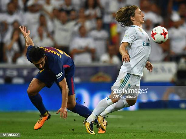 Barcelona's Portuguese midfielder Andre Gomes vies with Real Madrid's Croatian midfielder Luka Modric during the second leg of the Spanish Supercup...