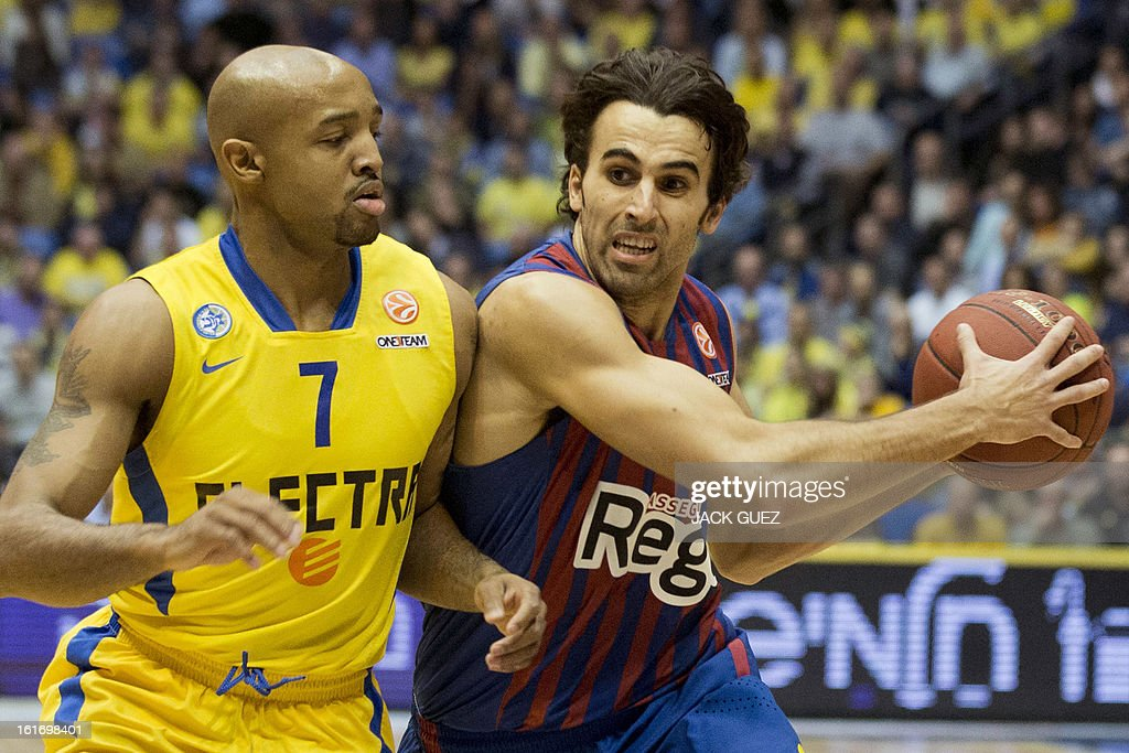 Barcelona's Spanish guard Victor Sada (R) tries to escape from Tel Aviv's US guard Ricky Hickman (L) during their Euroleague Top 16 basketball match, Maccabi Tel Aviv Electra versus FC Barcelona Regal, on February 14, 2013 at the Nokia stadium in the Mediterranean coastal city of Tel Aviv, Israel. AFP PHOTO / JACK GUEZ