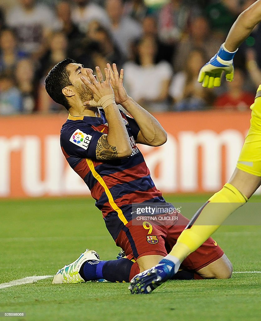 Barcelona's Uruguayan forward Luis Suarez gestures after missing a goal during the Spanish league football match Real Betis Balompie vs FC Barcelona at the Benito Villamarin stadium in Sevilla on April 30, 2016. / AFP / CRISTINA