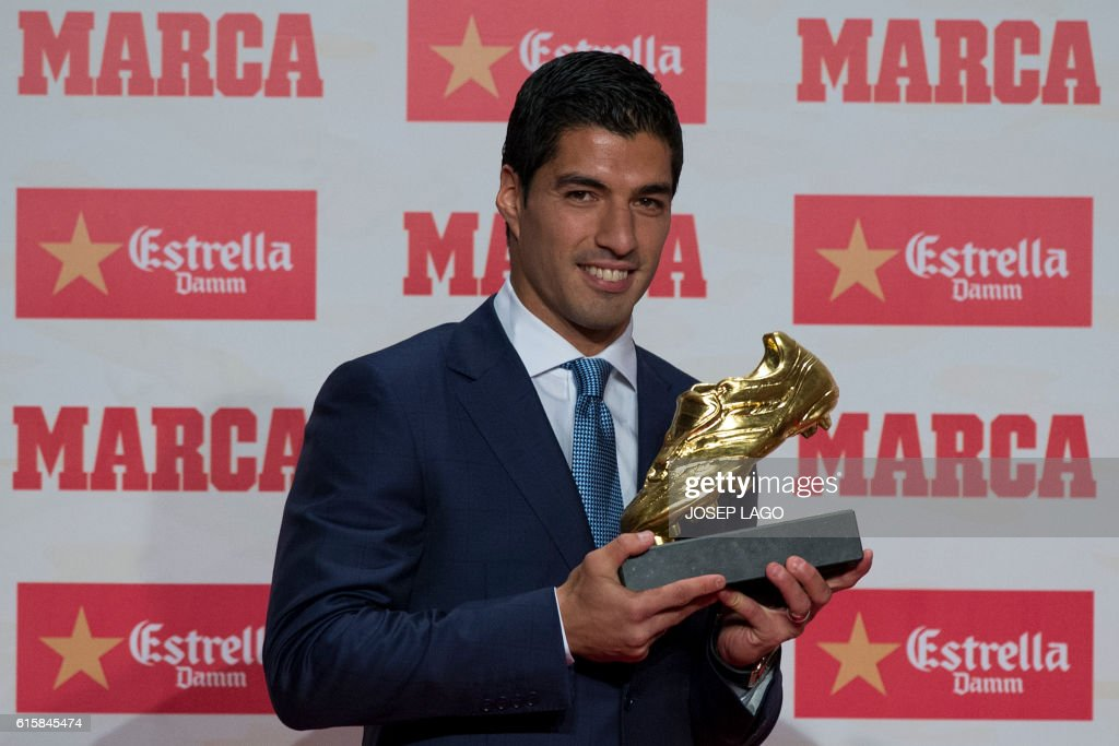 TOPSHOT - Barcelona's Uruguayan forward Luis Suarez poses after receiving the 2015-2016 Golden Shoe award to the leading goalscorer in league matches from the top division of every European national league, on October 20, 2016 in Barcelona. / AFP / JOSEP