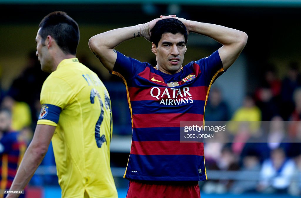 Barcelona's Uruguayan forward Luis Suarez puts his hands on his head during the Spanish league football match Villarreal CF vs FC Barcelona at El Madrigal stadium in Vila-real on March 20, 2016. / AFP / JOSE