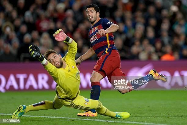 TOPSHOT Barcelona's Uruguayan forward Luis Suarez shoots to score a gola next to Celta Vigo's goalkeeper Sergio Alvarez during the Spanish league...