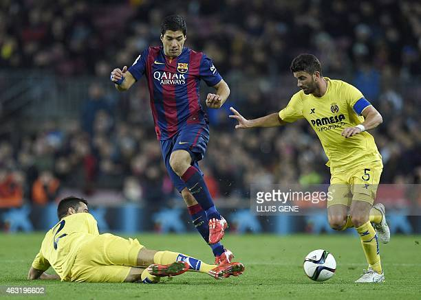 Barcelona's Uruguayan forward Luis Suarez vies with Villarreal's Argentinian defender Mateo Musacchio and Villarreal's defender Mario during the...